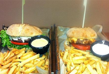 16.90€ για ένα υπερπλήρες γεύμα 2 ατόμων που περιλαμβάνει μία Σαλάτα, ένα Ορεκτικό, δύο Combo Large Βurgers και δύο αναψυκτικά, από το ''Butcher's Burger'' στην καρδιά του Χαλανδρίου! Αρχική αξία 24€. Πληρώνετε 3€ για το εκπτωτικό κουπόνι και 13.90€ κατά την εξαργύρωση.